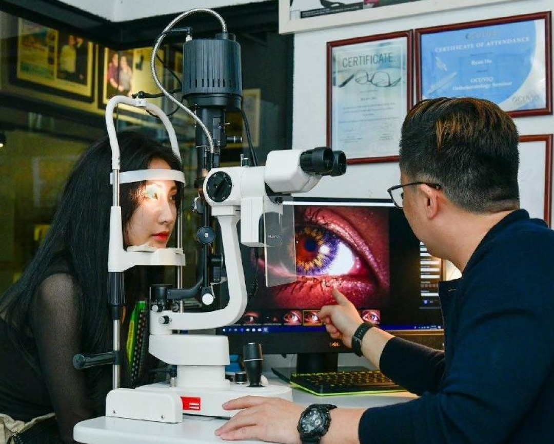 Optometrist Contact Lenses testing